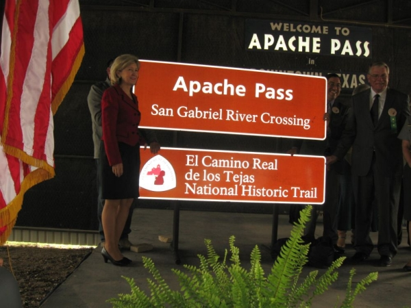 Sen Kay Bailey Hutchison & Judge Dave Barkemeyer unveil new Signs for Apache Pass - El Camn\ino Real