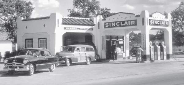 Joe Henry's Sinclair Gas Station - Rockdale, TX - 1940s